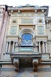 De plastische gevormde voorgevel met balkon van een oud flatgebouw in Tbilisi, Georgië Stock Afbeeldingen
