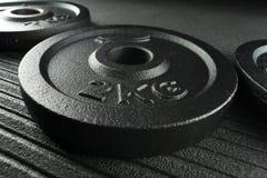 De platen van het domoorgewicht op een vloer van de gewichtheffengymnastiek Royalty-vrije Stock Foto