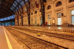De platforms van het spoor en van de post Stock Foto's