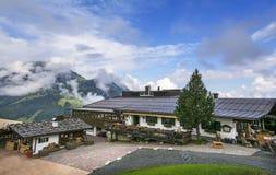 De plattelandshuisjebouw met grillstation bij middenpost voor Bergbahnen Fieberbrunn Stock Afbeelding