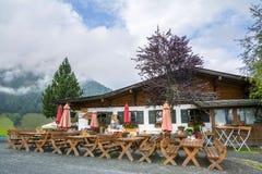 De plattelandshuisjebouw met grillstation bij middenpost voor Bergbahnen Fieberbrunn Royalty-vrije Stock Afbeelding