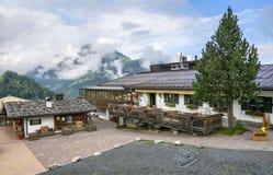 De plattelandshuisjebouw met grillstation bij middenpost voor Bergbahnen Fieberbrunn Stock Afbeeldingen
