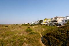 De plattelandshuisjes van het de zomerstrand op het groene zandgras royalty-vrije stock afbeeldingen