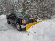 De ploeg die van de vrachtwagensneeuw een parkeerterrein na onweer ontruimen Stock Foto