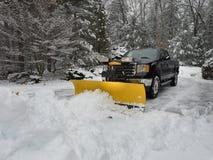 De ploeg die van de vrachtwagensneeuw een parkeerterrein na onweer ontruimen Royalty-vrije Stock Afbeelding