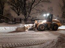 De ploegende vrachtwagen die van de de dienstsneeuw woonstraat tijdens zware sneeuwstorm, Toronto, Ontario, Canada schoonmaken stock afbeelding