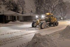 De ploegende vrachtwagen die van de de dienstsneeuw woonstraat tijdens zware sneeuwstorm, Toronto, Ontario, Canada schoonmaken royalty-vrije stock fotografie
