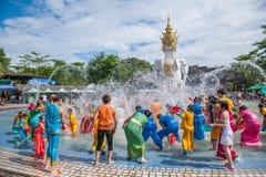 De plons die van Xiaoganlanbaxishuangbanna Dai Park Plaza Carnaval bespatten Stock Foto's