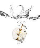 De plons van de appel in water Stock Afbeeldingen