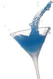 De plons van de cocktail op witte achtergrond Stock Afbeeldingen
