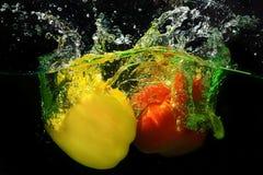 De plons van het capsicumfruit wate Stock Afbeeldingen