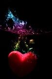 De plons van het hart onderwater Stock Foto's