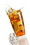 De plons van het ijs in een glas met citroenthee Royalty-vrije Stock Foto's