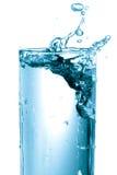 De plons van het water in een glas. Royalty-vrije Stock Afbeeldingen