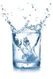 De plons van het water in glas Stock Foto's