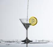 De plons van het water in glas Stock Afbeeldingen