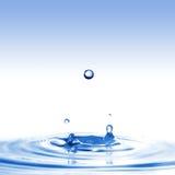 De plons van het water met dalingen die op wit worden geïsoleerdn Royalty-vrije Stock Afbeeldingen