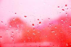 De plons van het water op glas stock foto's
