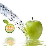 De plons van het water op groene appel die op wit wordt geïsoleerde Stock Afbeelding