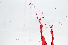 De plons van het water op rood Stock Afbeeldingen
