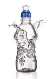 De plons van het water rond fles (concept) Stock Afbeeldingen