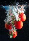 De plons van tomaten Stock Afbeeldingen