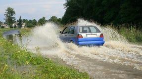 De plonsen van het water van onder de wielen Royalty-vrije Stock Afbeeldingen