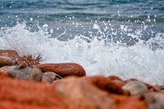 De plonsen van de watergolf, tegen een duidelijke blauwe hemelachtergrond Stock Fotografie