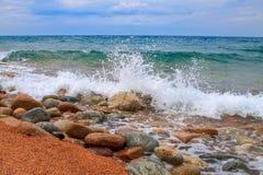 De plonsen van de watergolf, tegen een duidelijke blauwe hemelachtergrond Royalty-vrije Stock Foto