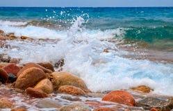 De plonsen van de watergolf, tegen een duidelijke blauwe hemelachtergrond Royalty-vrije Stock Foto's