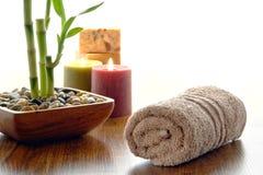 De pluizige Katoenen Handdoek van de Hand in een Kuuroord Royalty-vrije Stock Afbeelding