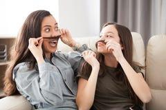 De plus jeunes et les plus âgées soeurs riant et ayant l'amusement Image stock