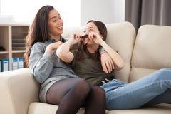 De plus jeunes et les plus âgées soeurs riant et ayant l'amusement Photo libre de droits