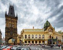 De Poedertoren en het Gemeentelijke Huis in Praag Stock Fotografie