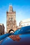 De poedertoren in Praag met bezinning bij een blauwe hemel zoals terug Stock Afbeeldingen