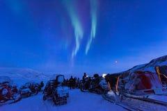 De polaire noordpool Noordelijke ster van de borealishemel van de lichtendageraad snowscooter in Noorwegen Svalbard in Longyearby stock foto's