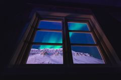 De polaire noordpool Noordelijke ster van de borealishemel van de lichtendageraad snowscooter in Noorwegen Svalbard in Longyearby royalty-vrije stock afbeeldingen