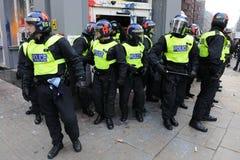 De politie bewaakt een Vernielde Bank bij een Rel in Londen royalty-vrije stock afbeeldingen