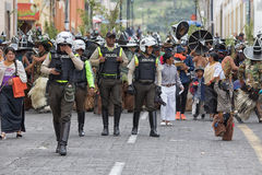 De politie is een actief deel van Inti Raymi-festival in Cotacachi Stock Afbeeldingen
