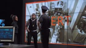 De politie en het veiligheidsteam ontvangt diefstalalarm stock videobeelden