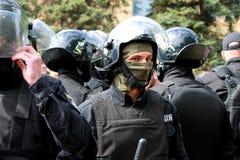 De politie in helmen beschermt orde bij een massagebeurtenis Stock Foto