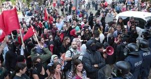 De politie houdt anti-fascistische protesteerders tegen stock footage