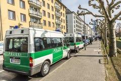 De politie parkeert auto's dichtbij demonstratie tegen EZB en Kapitalisme stock fotografie