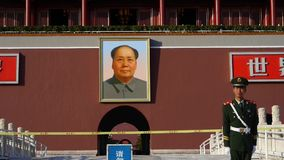 De Politie van China op Peking Tiananmen, MaoZeDong-portret & slogans stock footage