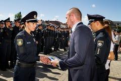 De politie van de inspecteurspatrouille overhandigde de ambtenarenrangen in Uzhgorod Royalty-vrije Stock Foto