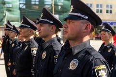 De politie van de inspecteurspatrouille overhandigde de ambtenarenrangen in Uzhgorod Stock Foto's