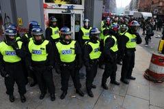 De Politie van de rel bewaakt een Bank bij Rel in Londen Royalty-vrije Stock Afbeeldingen