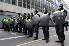 De Politie van de rel bij een Protest van anti-Besnoeiingen in Londen royalty-vrije stock foto