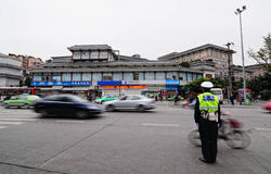 De politieagent regelt lokaal verkeer stock foto