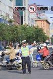De politieagent regelt lokaal verkeer, Kunming, China Royalty-vrije Stock Afbeeldingen